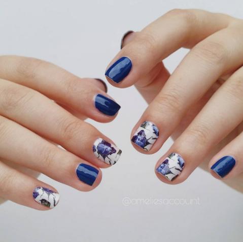 unghii albastru cu alb