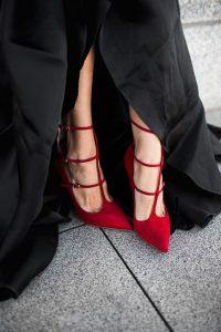 pantofii rosii cu curele